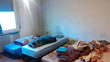 Per ben due volte, nel suo appartamento, trovati diversi abusivi. l'appartamento era in condizioni fatiscenti.