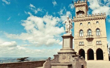 Pianello di san marino con palazzo pubblico alle spalle della statua della libertà