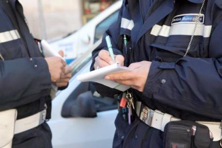 Alla guida con il telefonino, a rimini 207 le multe della polizia municipale dall'inizio dell'anno